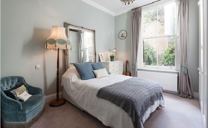 Стара подова лампа ще украси интериора на спалнята.