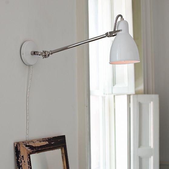 Красивая настенная лампа в интерьере