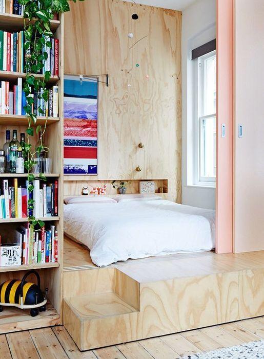 Кровать на подиуме и в нише