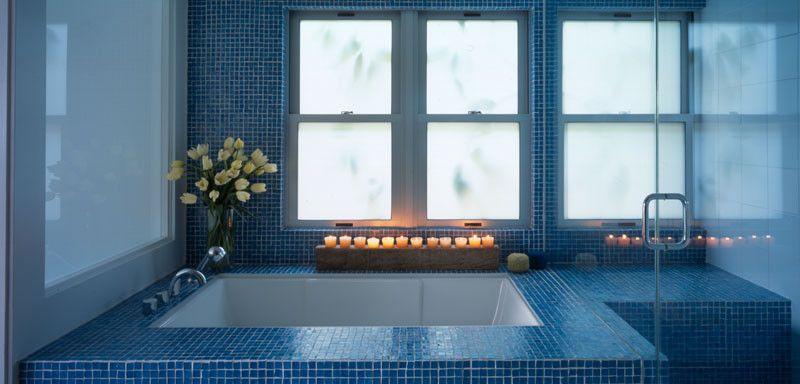 Свечи в интерьере ванной комнаты