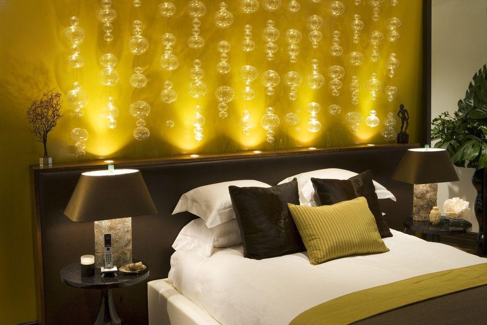Красивое романтическое освещение в интерьере спальни