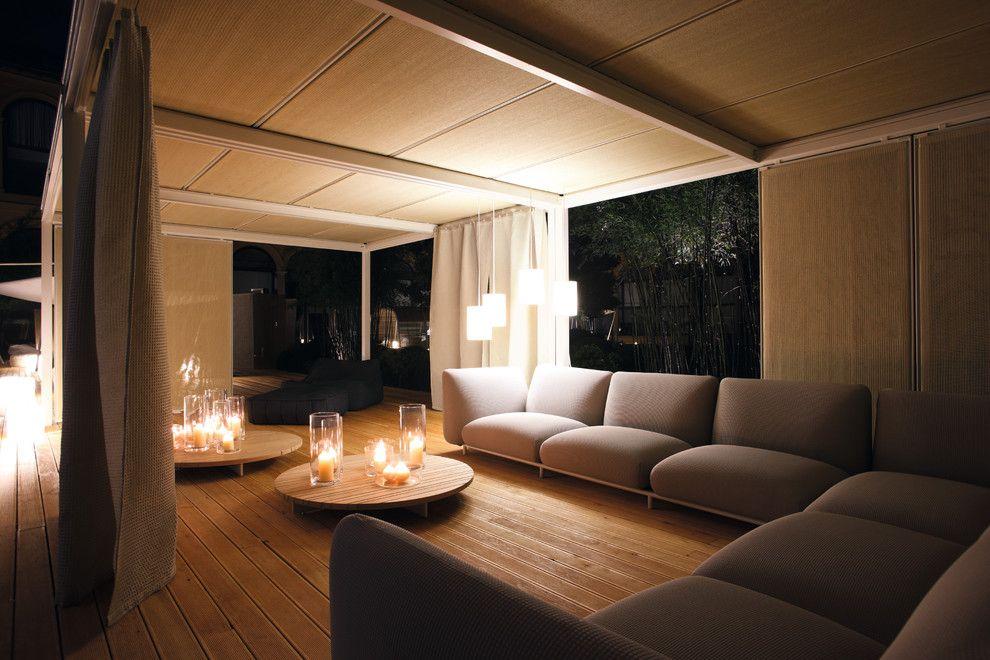 Прекрасное романтическое освещение в интерьере гостиной