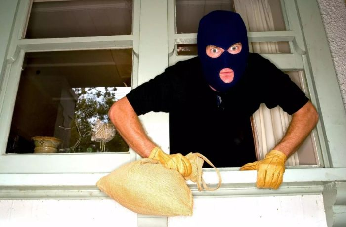 Otwarte okno jako przynęta dla złodziei.