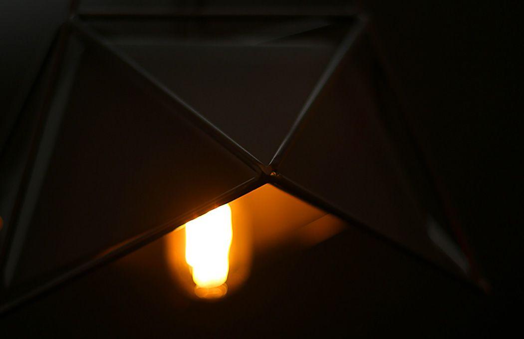 Металлические прутья на подвесном светильнике