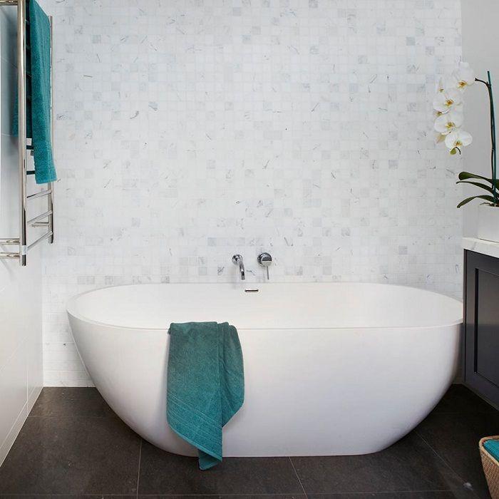 Trevligt alternativ att dekorera badrummet i vitt, vilket ser originalt och friskt ut.