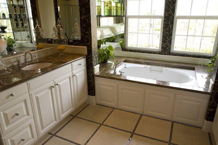 En bra lösning för att skapa en framgångsrik badrumsinredning genom att lägga till bruna nyanser.