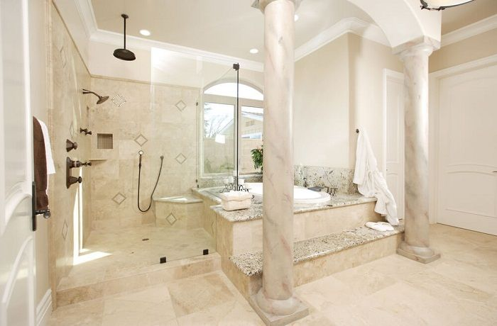 Ciekawe wnętrze, które jest wykonane z marmuru, który wygląda bardzo bogato.