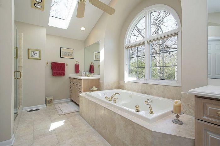 Den ursprungliga badrumsinredningen är dekorerad med söta brickor.