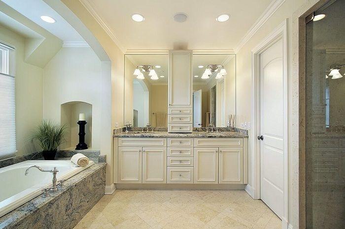 Fin badrumsinredning som är dekorerad i ljusa trender, som ser väldigt original ut.