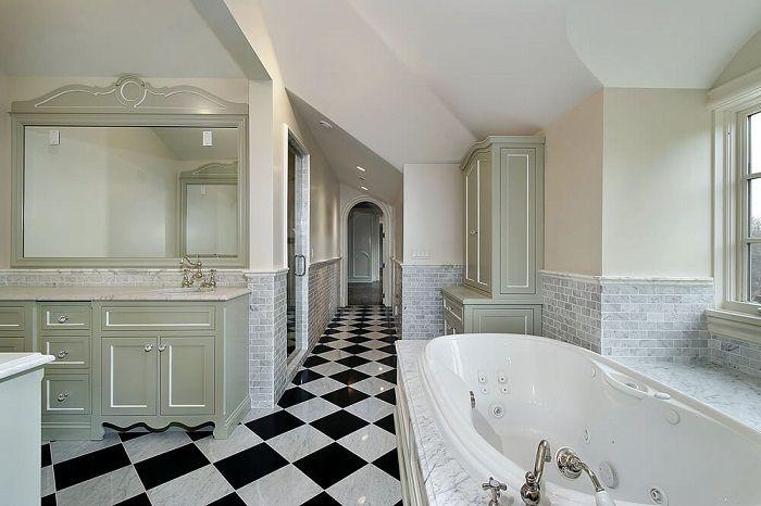 Oszałamiające wnętrze łazienki tworzą stylowe czarno-białe płytki.