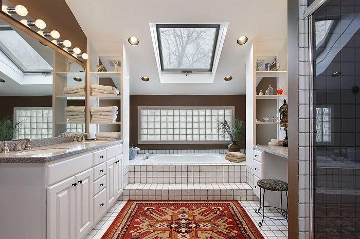Det är möjligt att omvandla interiören i badrummet med vita brickor.