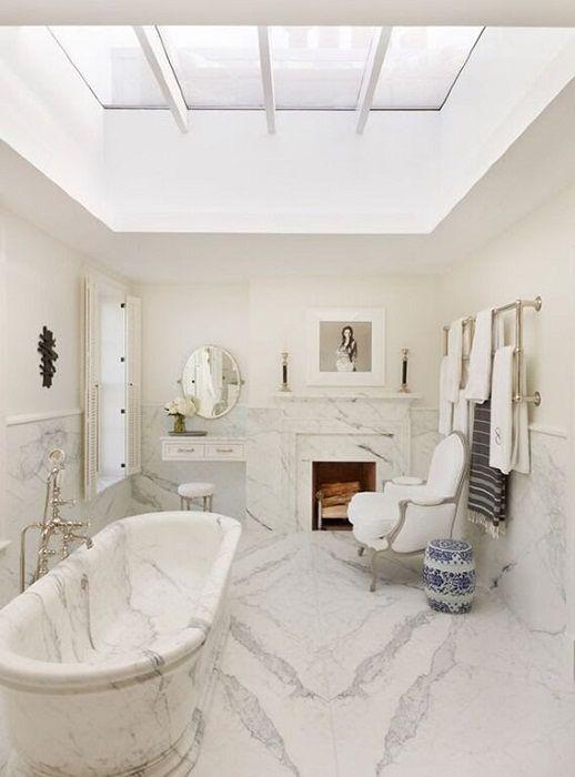 Piękne i niezapomniane wnętrze łazienki powstaje dzięki projektowi w marmurowych fakturach.