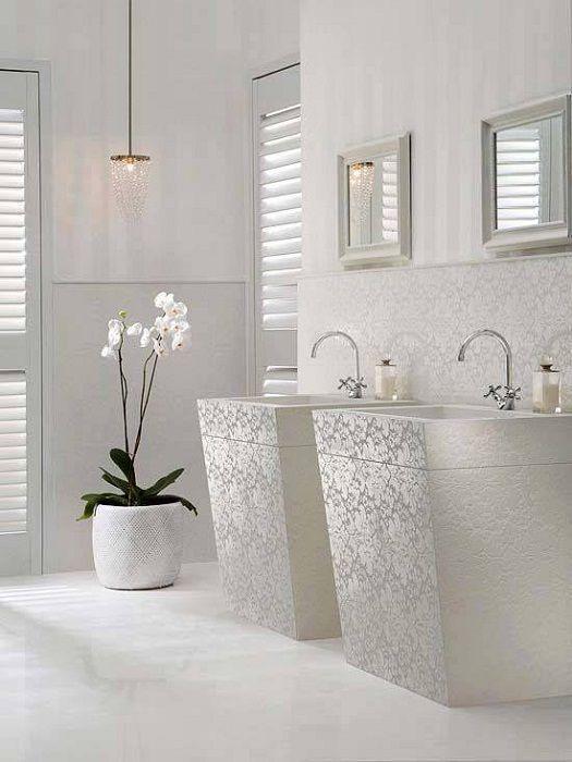 Nienaganne śnieżnobiałe wnętrze stworzy po prostu najlepszą opcję dekoracji tego typu pomieszczenia.