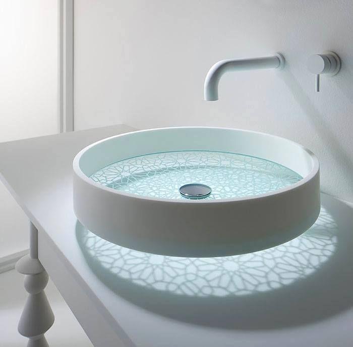 Dekorowanie łazienki zlewem tak wyrafinowanym i stylowym, że mogłoby być jeszcze lepsze.