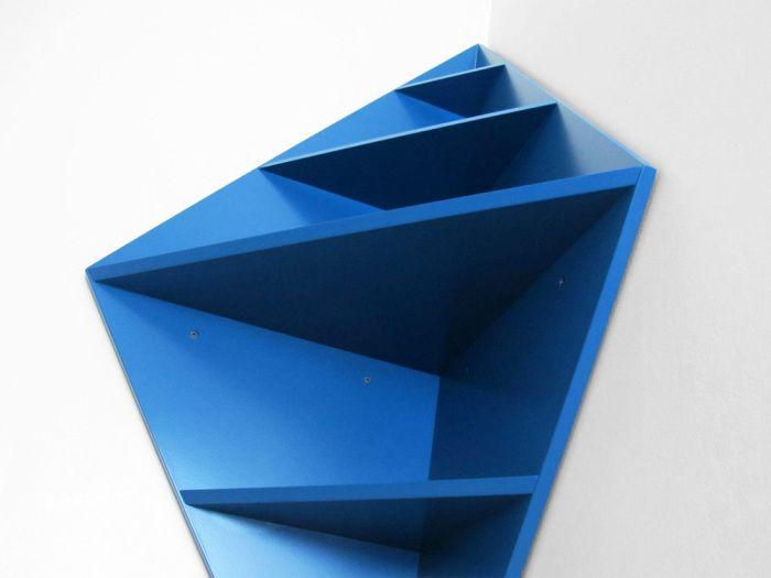Рафтът с необичайна форма се превръща в акцент на интериора.