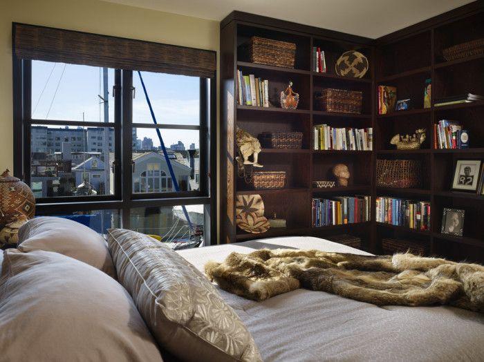 Множество рафтове ще украсят интериора на спалнята.