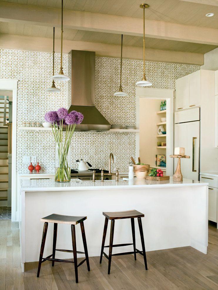 Красивые подвесные лампы в интерьере кухни от Structures Building Company