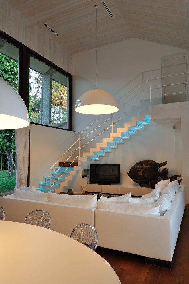 Неоновая подсветка на ступеньках лестницы