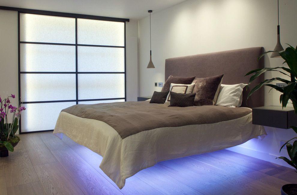 Креативная неоновая подсветка под кроватью