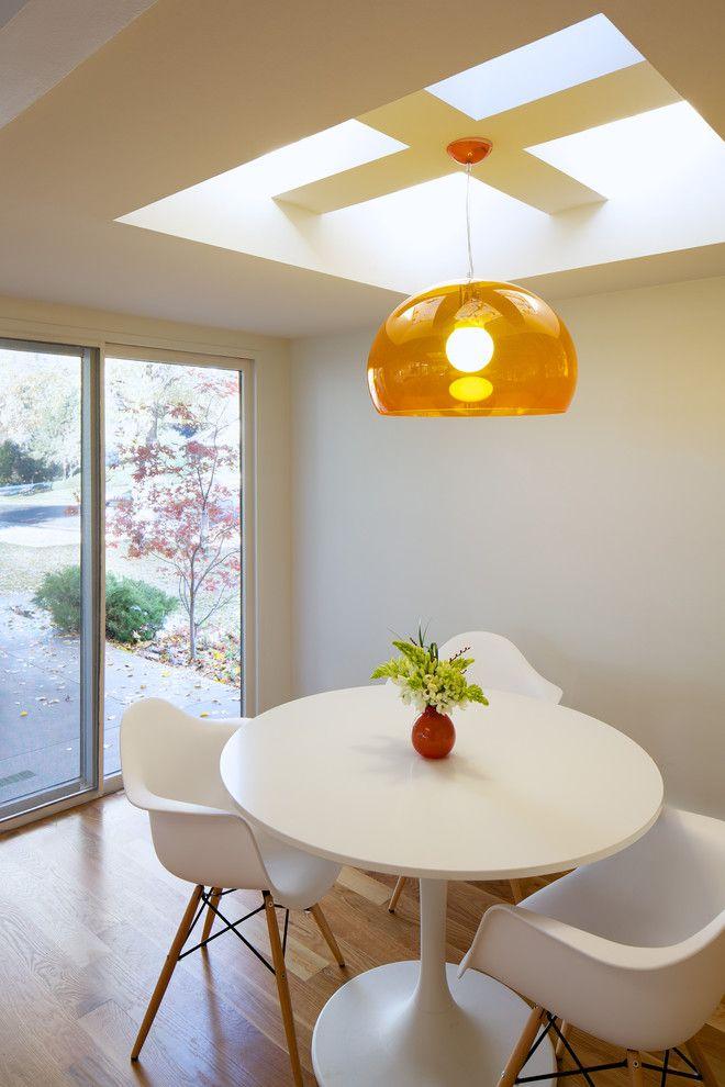 Яркий подвесной светильник в интерьере столовой от Design Platform