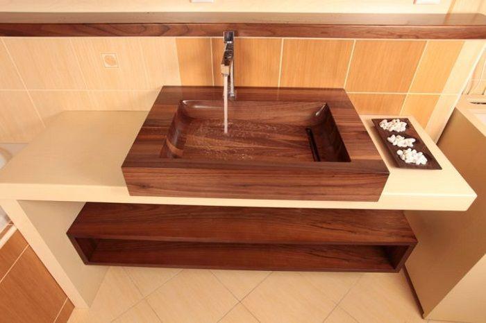 Интерьер ванной комнаты создан благодаря использованию в нем такой интересной деревянной раковины.