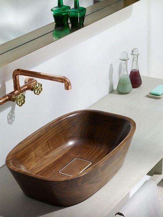 Крутой вариант облагородить интерьер ванной комнаты с помощью деревянной раковины.