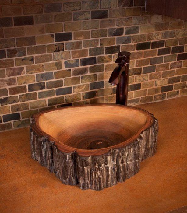 Интерьер ванной комнаты создан благодаря прекрасной деревянной раковине, что точно понравится.