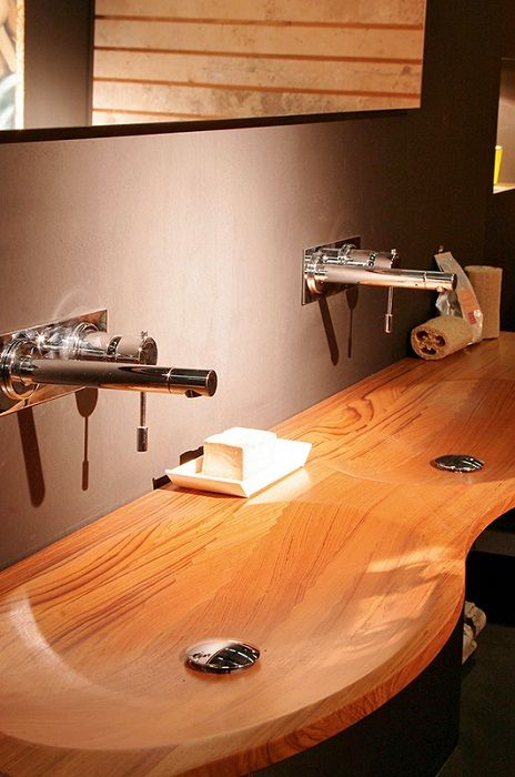 Крутые две раковины разместились в ванной комнате, что создало невероятные идеи для декорирования.