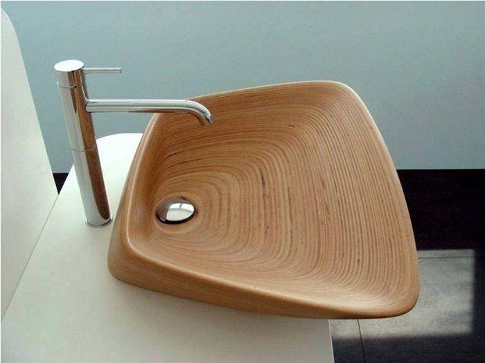 Симпатичное декорирование ванной комнаты с помощью оригинальной деревянной раковины, что станет находкой.
