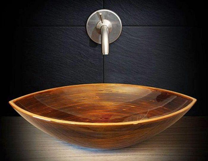 Раковина выполнена с тонкой текстуры и с помощью деревянной основы, что создает шарм.