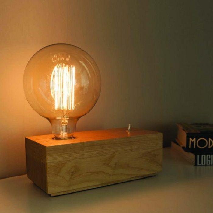 Готин вариант за преобразуване на интериора с такава дървена настолна лампа.