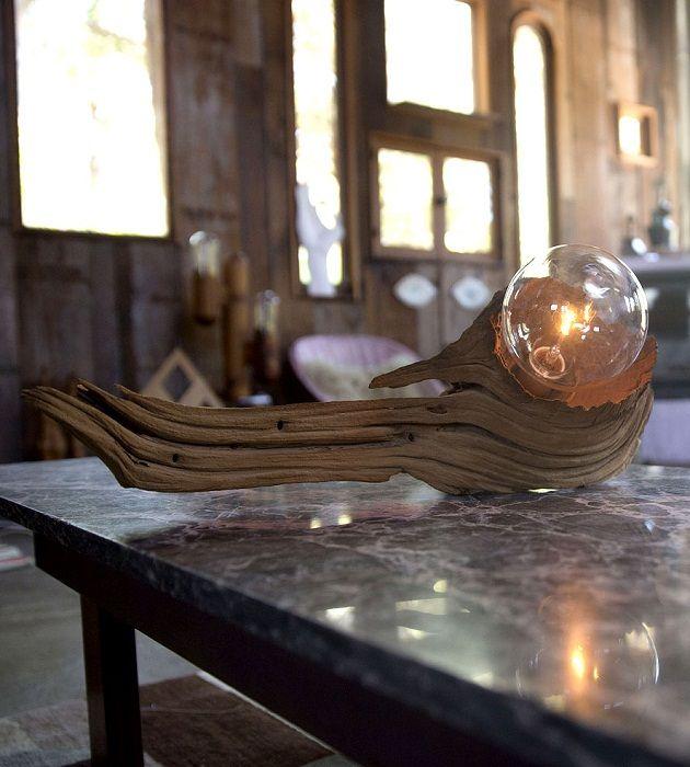 Оригинална дървена лампа за маса, която ще бъде добро решение.