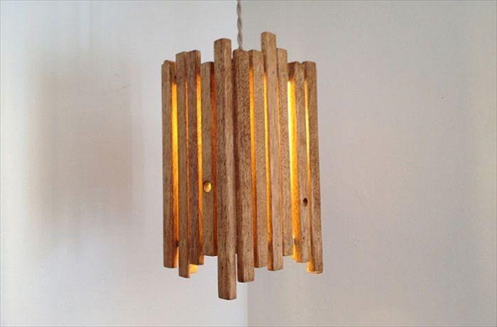 Лампа, изработена от дърво в дискретна, но стилна тенденция.