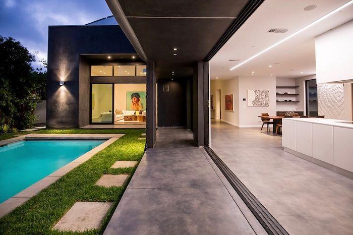Wave House. Кухня с выходом к бассейну.