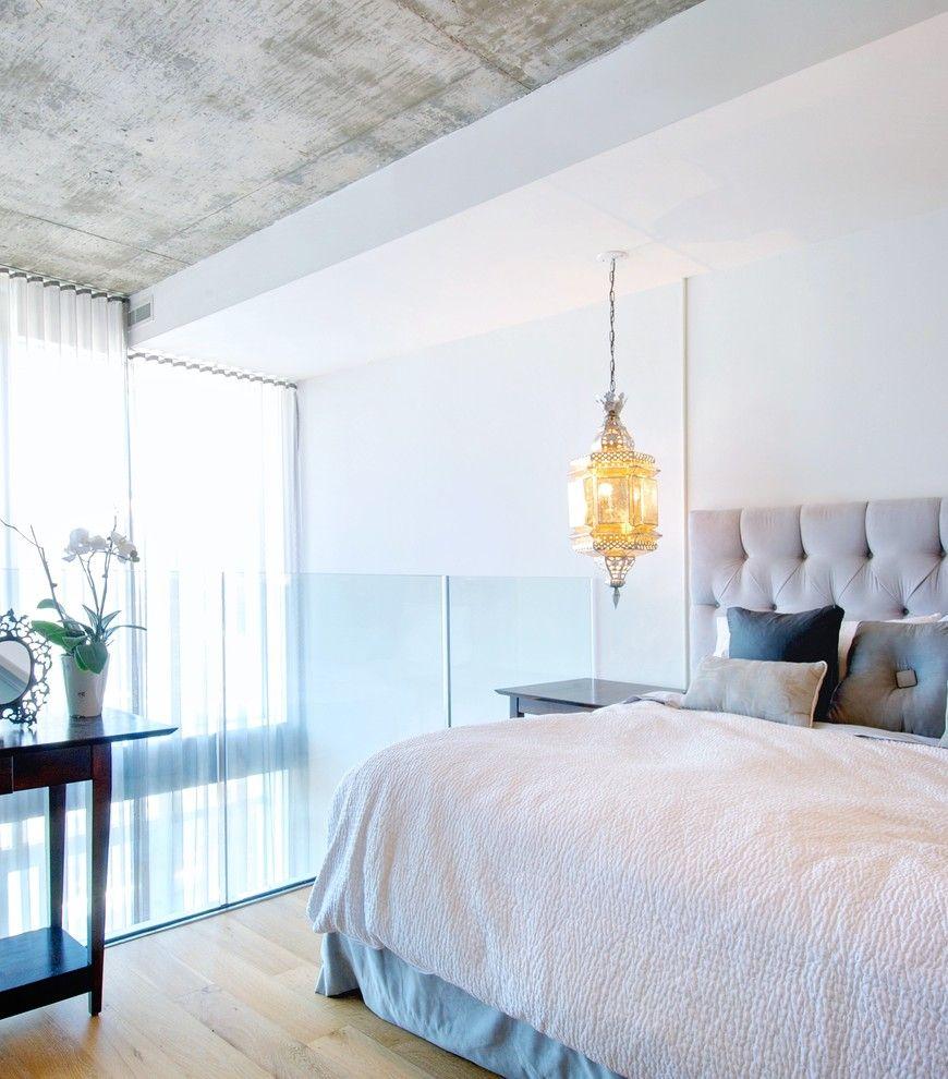 Красивая подвесная люстра в интерьере спальни