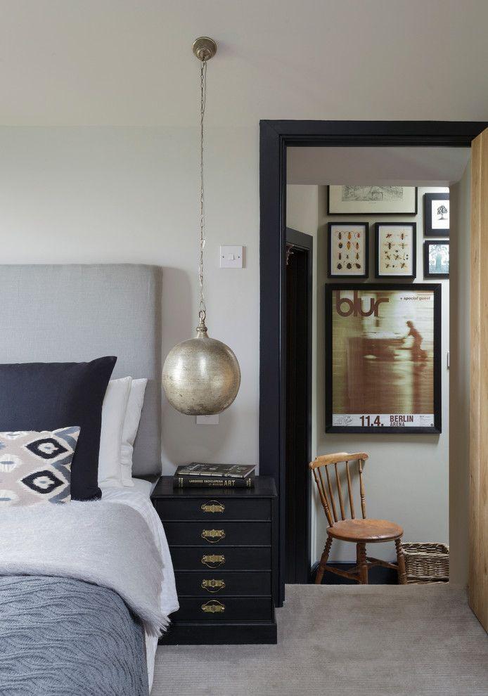 Круглая подвесная люстра в интерьере спальни