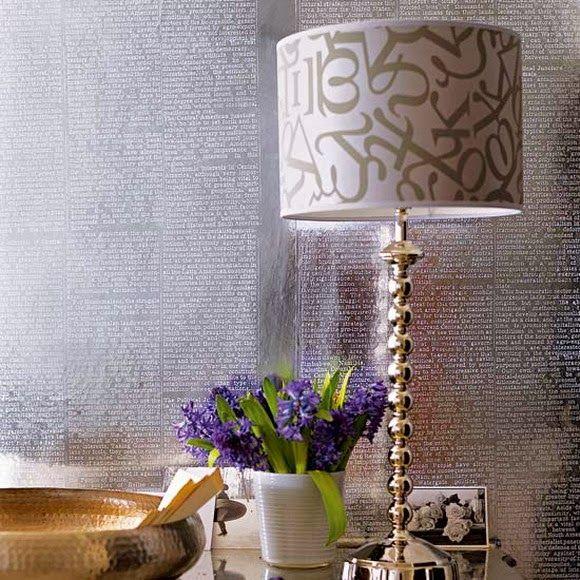 Настольная лампа с принтом в интерьере