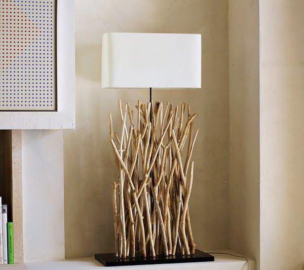 Белый флакон настольной лампы как акцентная деталь интерьера