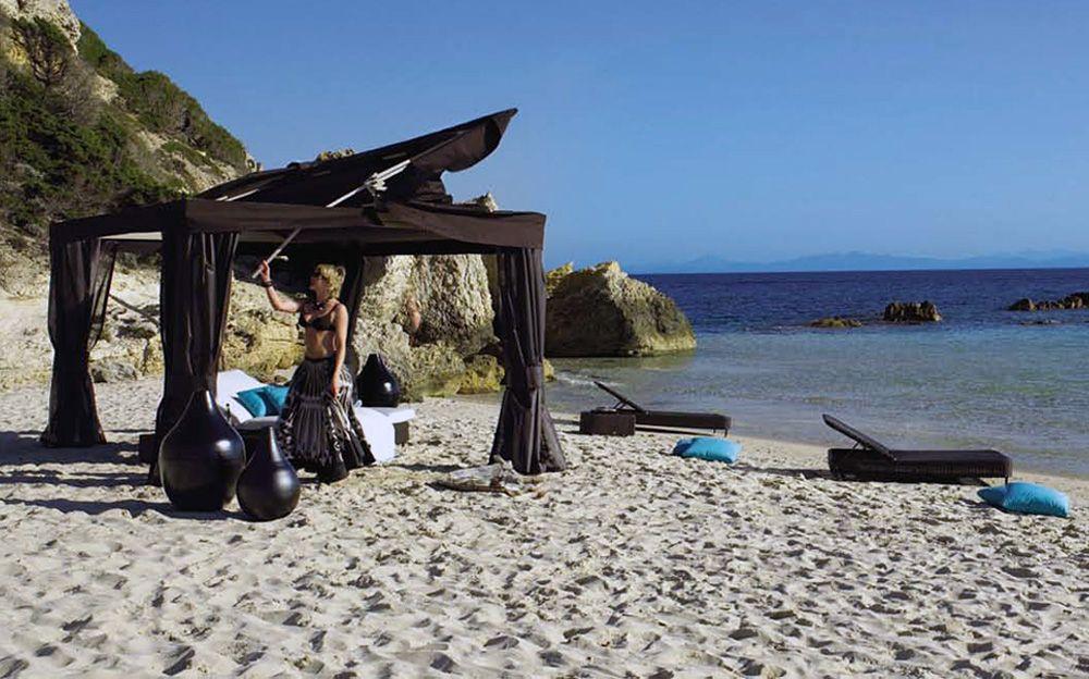Прекрасни беседка, шезлонги и декор на плажа