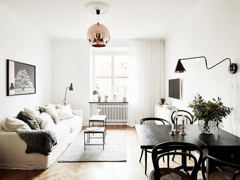 Новые тенденции в освещении: медный шарообразный светильник в гостиной