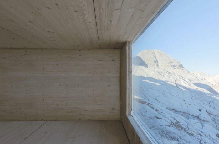 Приют за пътници на върха на планината.
