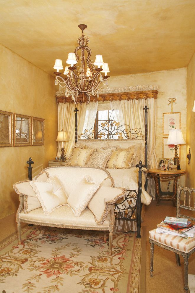 Роскошная подвесная люстра в интерьере спальни от Bruce Kading Interior Design
