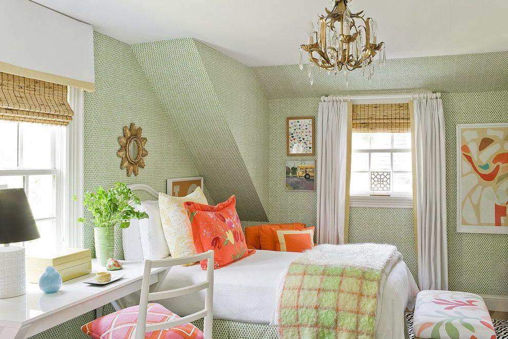 Классная подвесная люстра в интерьере спальни от Michael J. Lee Photography