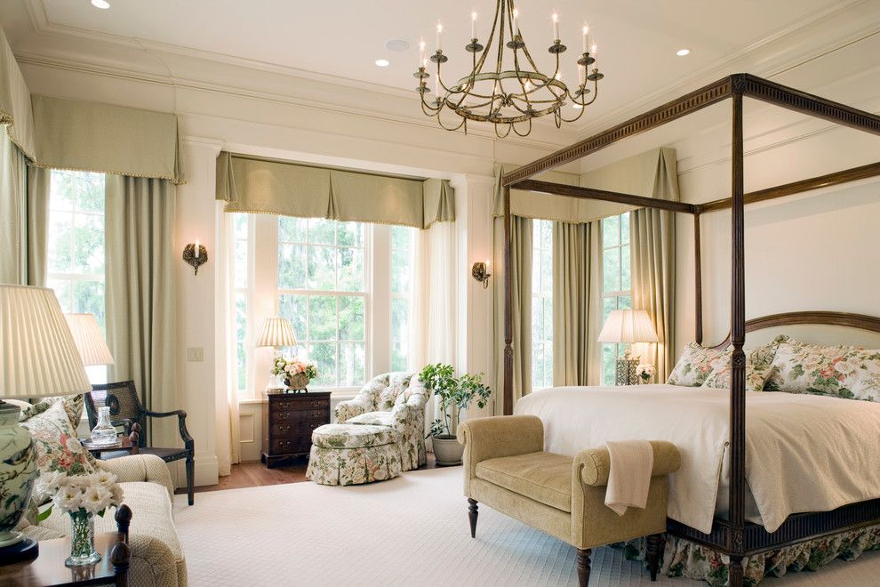 Красивая подвесная люстра в интерьере спальни от Historical Concepts