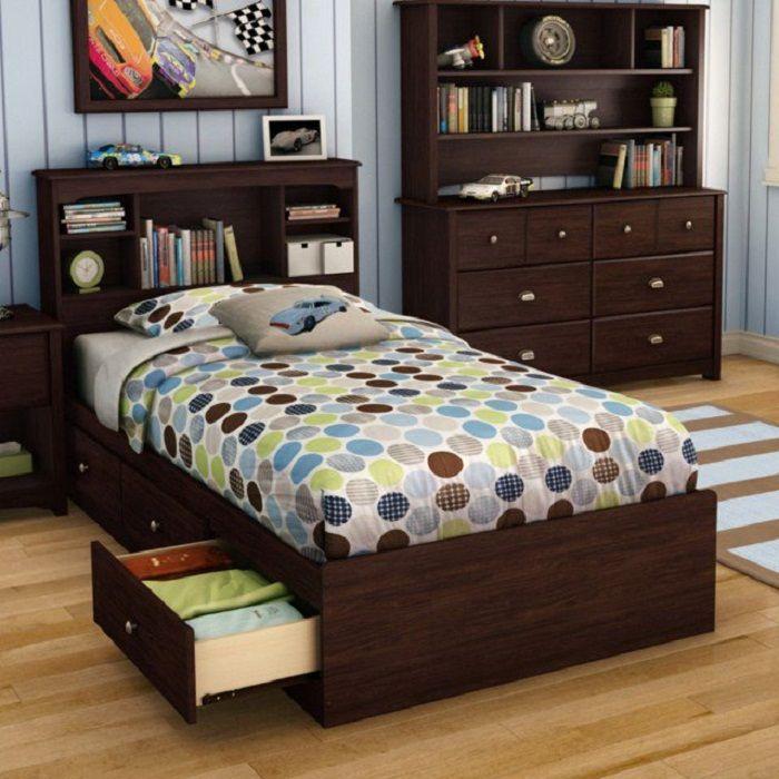Sikeres rések az ágy alatt, amelyek lehetővé teszik, hogy csak jó hangulatot teremtsen, és maximálisan optimalizálja a helyet az alváshoz.