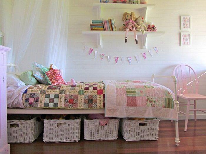 Szép lehetőség egy hálószoba díszítésére kiváló fiókokkal az ágy alatt, amelyek átalakítják a belső teret.