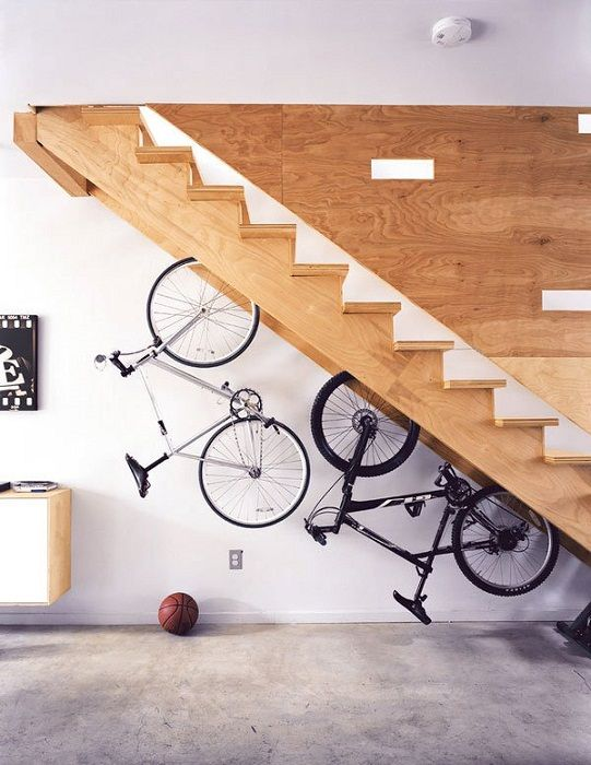 Nehéz, de nagyon eredeti megoldás egyszerűen kiváló belső kialakításra a sikeres kerékpártárolás segítségével.