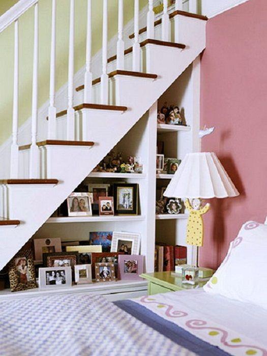 Kiváló megoldás a lépcsők alatti tér hűvös kialakításához, fotókerettel díszítve, amely frissíti a belső teret.