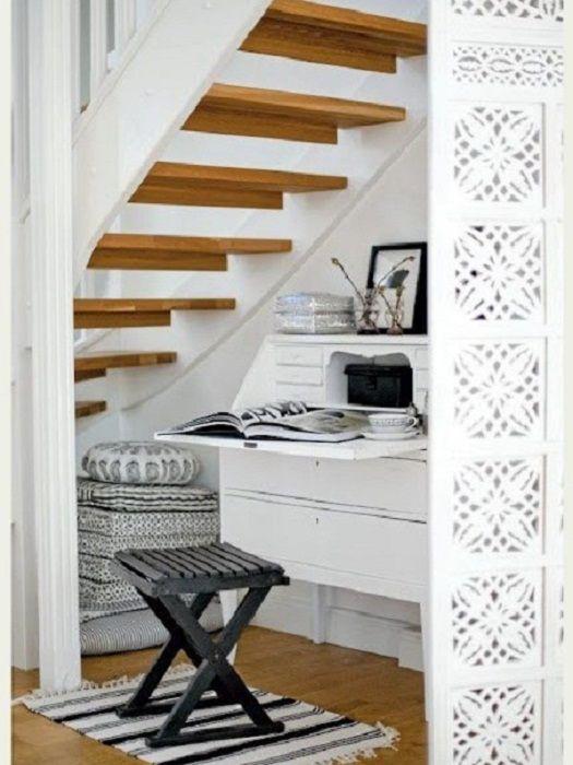 Jó megoldás az, ha a lépcsők alá ül egy ülőhelyet, amely csak kiváló dekorációs lehetőség lesz.