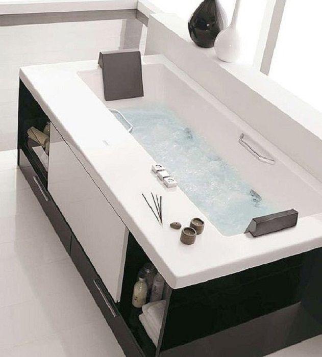 Hűvös megoldás a fürdőszoba belső átalakításához és fekete-fehér díszítéséhez.